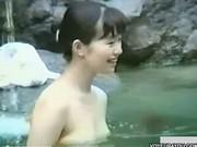 """【動画】野外女子風呂の全裸美人ご来場!素人女性の白い柔肌を充分に楽しめるw"""""""