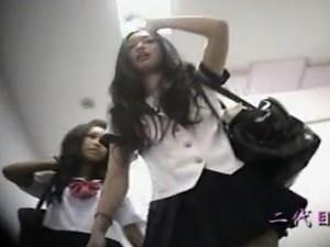 【パンチラ盗撮動画】奇跡的に二代目鬼姫が撮影した危険すぎるJKパンティ逆さ撮り映像!