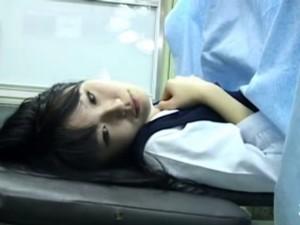 【セックス盗撮動画】産婦人科の訪れた色白美少女なJKを欲望に塗れて中出しレイプしてしまった危険事物の医師