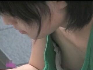 【胸チラ盗撮動画】激カワ娘の胸元凝視!可愛らしい乳頭まで撮り切った達成感を味わえる問題の乳首収録映像w