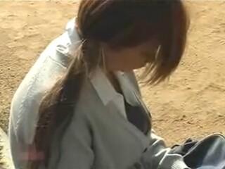 【胸チラ盗撮動画】携帯電話を弄るのに夢中な女子高生の胸元ではブラジャーが浮いてしまってオッパイが露出中w