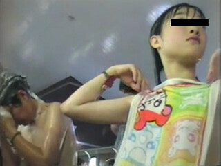 【盗み撮り】 中×生みたいな美少女を銭湯で執拗に撮影! ハム太郎のタオルがリアルなんですが・・