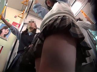 【高画質 盗み撮り】 ガチ山○線で制服 女子○生のスカートの中を真下正面や後ろから撮影!! 顔出し