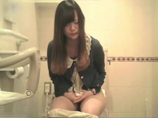 【盗み撮り】 公衆トイレに映った映像に歪んだ表情でガッツリふんばってる清楚なコがwwww