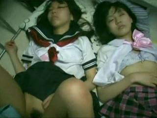 家出少女を連れ込んだ男に眠剤を飲まされた制服J○二人が静かに犯される様子を撮影される・・