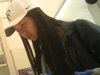 【リアル盗撮動画】日本のコンビニで母親同伴なのに褐色肌が健康的な東南アジア系美少女のパンティを無断撮影w