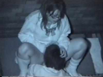 【セックス盗撮動画】青姦でも手を抜かずに一生懸命おま●こを気持ち良くしてくれる彼氏にメガネっ子JKもご満悦w
