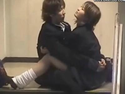 【隠し撮り動画】裏口階段の踊り場で不純異性交遊を共にする高校生カップルの青春のイチャラブにゃんにゃん映像!