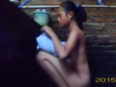 【観覧注意】片思いの美少女の家に侵入してシャワー室で清らかスレンダーな全裸を撮影した狂った男性が拡散!