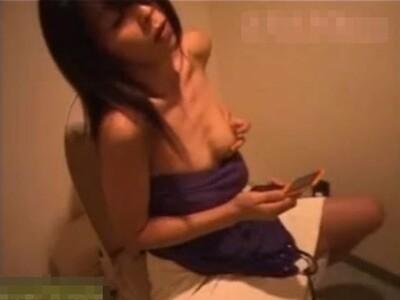 【自慰行為盗撮動画】スレンダー美人ギャルがパンティ脱ぎ捨てて本領発揮!激指オナニーで潮を噴射しまくったw
