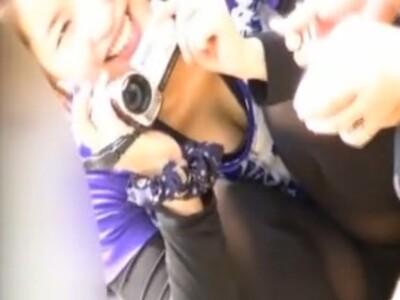 【胸チラ盗撮動画】小さなお子様をビデオ撮影してる激カワ新米ママのチラ付く谷間をロックオンして視姦撮影中w