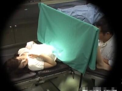 【病院盗撮動画】危険事物の産婦人科医が美人妻を騙してマ●コを掻き回し急にベロチューして美乳を口に含んだw