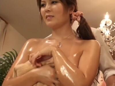 【SEX盗撮動画】美貌を保ちたい一心でオイルエステ師のセクハラに耐えて終いには中出しレイプされた巨乳妻!
