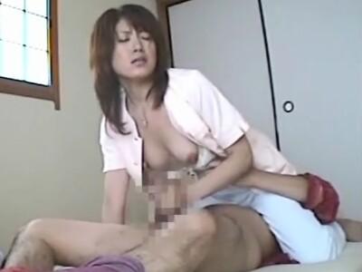 【SEX盗撮動画】介護は必要な俺だけどチ●ポだけは絶倫で欲求不満のヘルパーの美人妻と連日ヤリまくりw