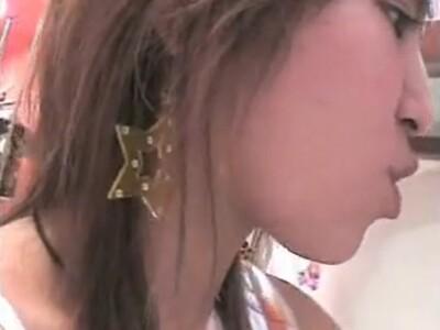 【胸チラ盗撮動画】ショートヘアの美人ショップ店員さんの乳首様が前屈みになる度にチラ付いて興奮不回避w