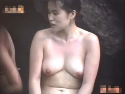 【女風呂盗撮動画】熟れまくった肉体美を惜しげもなく晒す野外温泉の秘湯で人妻熟女の全裸を存分に収録済みw