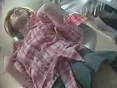 【パンチラ盗撮動画】しっとりと瑞々しいフトモモが堪らない美人ショップ店員のギャルのスカート内を逆さ撮りしたw