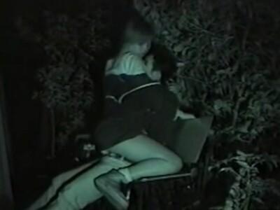 【SEX盗撮動画】深夜の公園で巧みな腰使いで彼氏に跨りながら気持ちよさそうな喘ぎ声を漏らすギャルw