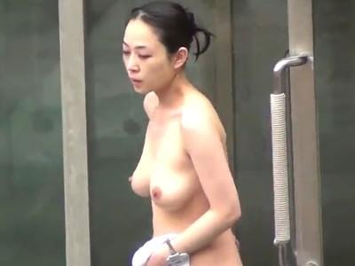 【女子風呂盗撮動画】美人妻からギャルまで全裸生出演な野外温泉の高画質映像がマジで有能過ぎw