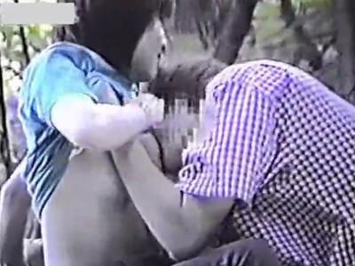 【盗撮動画】野外発情カップルの痴態!生チチに武者ぶり付いた彼氏を抑制しようと宥める激カワギャルw