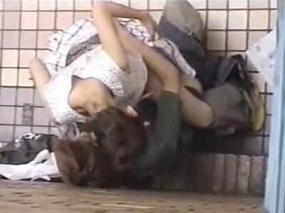 【SEX盗撮動画】建物の陰に隠れて青姦セックスしている若いカップルを屋上から発見したので撮影共有w