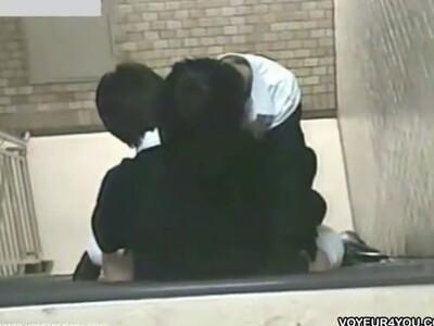 【野外プレイ盗撮動画】性欲を我慢できなくて青姦セックスに突っ走ってしまう若さゆえの暴走カップルの痴態!