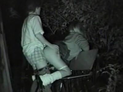 【SEX盗撮動画】深夜の公園ベンチでケツの綺麗な女子校生が彼氏に青姦バックで突き上げられてたw