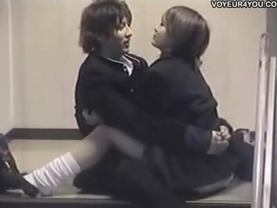 【盗撮動画】まさしくケシカラン!高校生のくせに階段踊り場でデレデレでイチャ付きまくってるカップルを晒すw