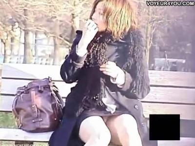 【パンチラ盗撮動画】公園のベンチで寒そうにして人待ちしてる美人お姉さんの股間だけはホットでしたw