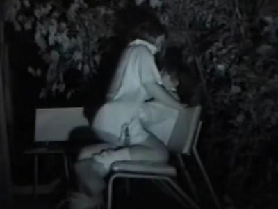 【SEX盗撮動画】いつ誰が来るかも分らないスリリングな青姦セックスを公園のベンチで繰り広げるカップルw